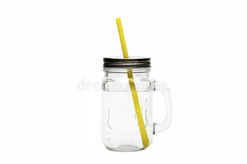 Barattolo di vetro per i cocktail con chiara acqua isolata su fondo bianco con lo spazio della copia fotografie stock libere da diritti