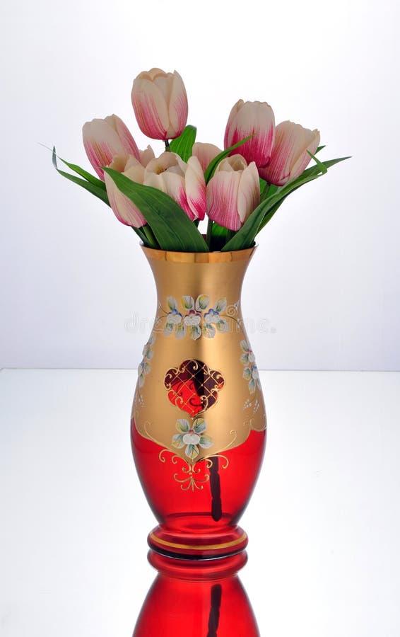 Barattolo di vetro verde con i fiori porpora immagine stock