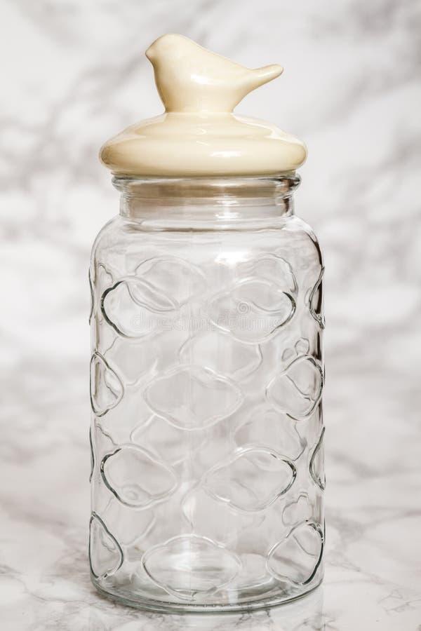 Barattolo di vetro vuoto su fondo di marmo bianco fotografia stock libera da diritti