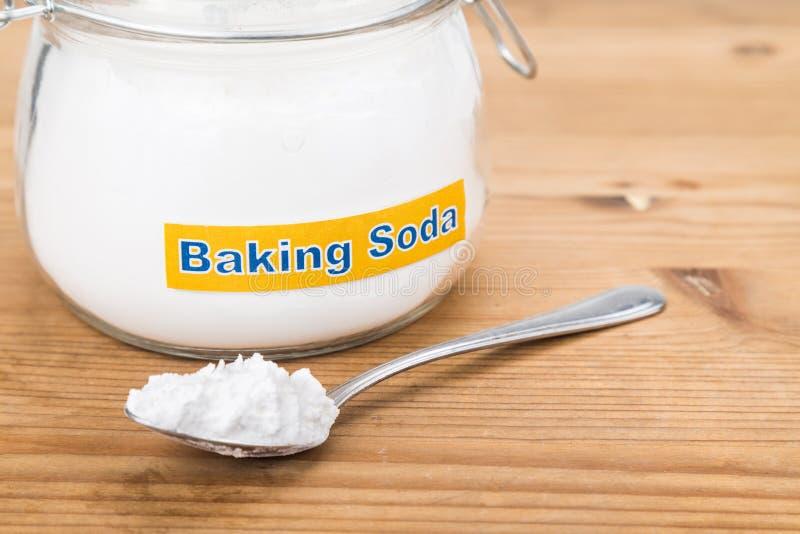 Barattolo e cucchiaiata del bicarbonato di sodio per gli usi olistici multipli immagini stock