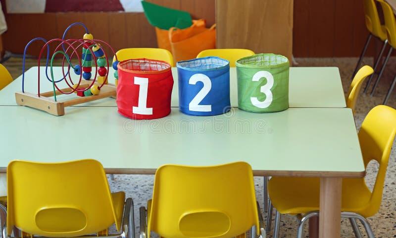 Barattolo tre con grande scrittura 1 2 3 in un'aula w di asilo immagini stock libere da diritti
