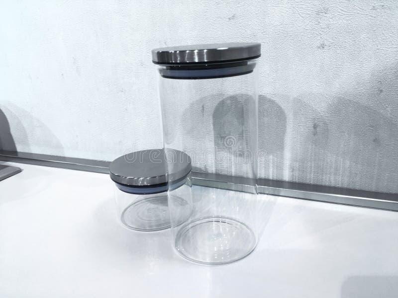 Barattolo vuoto per il condimento isolato su fondo bianco con il picchiettio del ritaglio fotografia stock