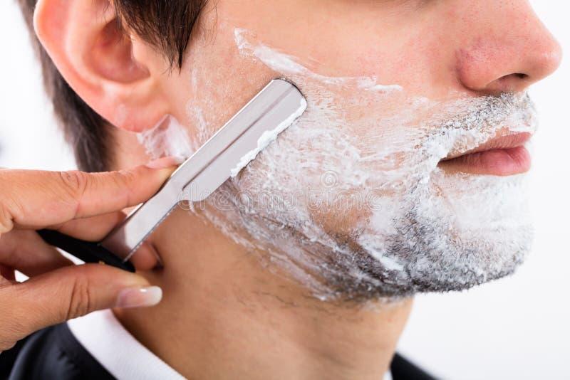 Barba del ` s de Shaving Man del peluquero imagenes de archivo
