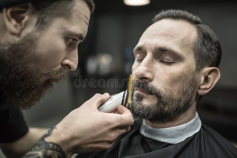 Barba della guarnizione in parrucchiere fotografia stock libera da diritti