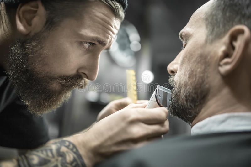 Barba della guarnizione in parrucchiere fotografia stock