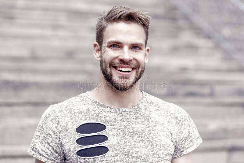 A barba divide o menino do homem Homem considerável com sorriso 'sexy' na cara não barbeado e no cabelo louro à moda feliz fotografia de stock