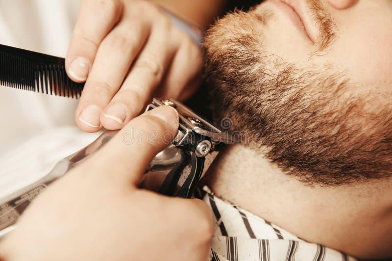 Barba farpada da guarnição do moderno no cabeleireiro dos homens foto de stock