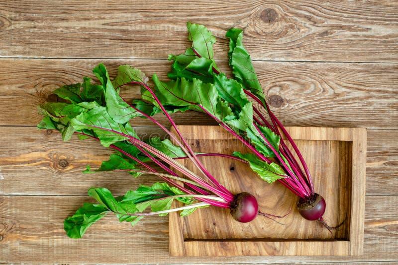 Barbabietola con cime della verdura e sul vassoio di legno fotografia stock libera da diritti