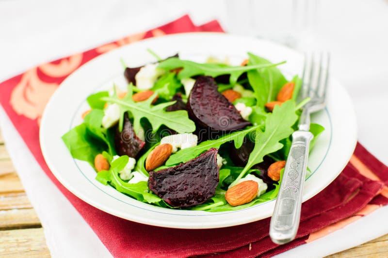Barbabietola, mandorla, feta e Rocket Salad dell'arrosto immagine stock libera da diritti