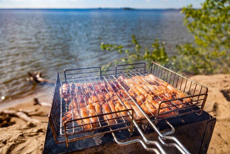 Barbacoa, comida campestre en naturaleza foto de archivo