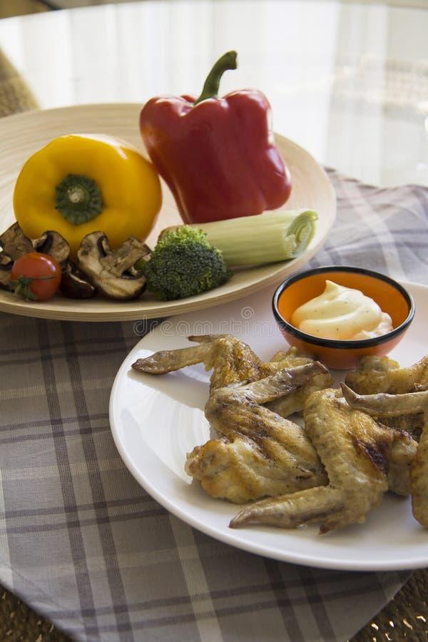 Barbacoa del pollo con paprika fresca foto de archivo