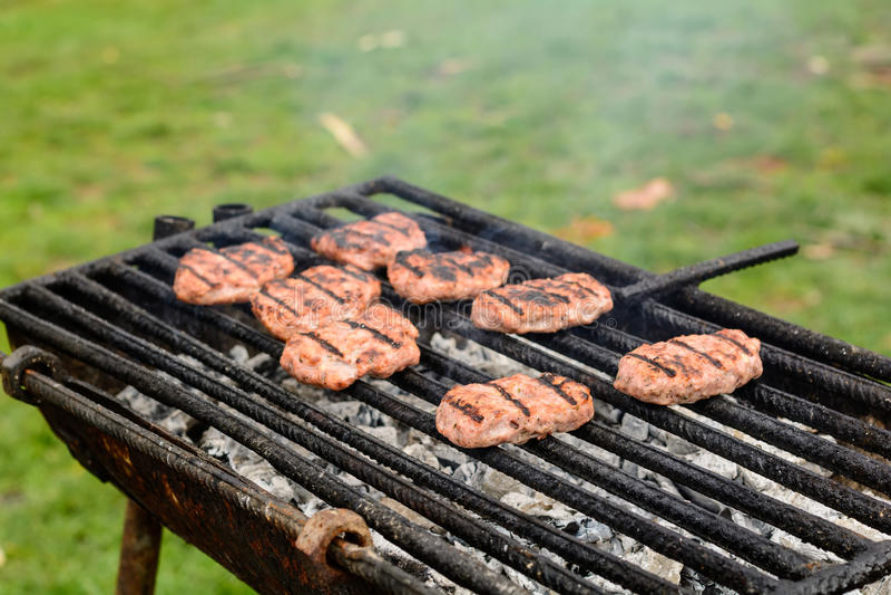 Barbacoa en naturaleza Albóndigas de la hornada en el carbón de leña foto de archivo libre de regalías