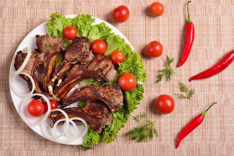 Barbacoa en una placa con las hierbas y las verduras Restaurante ruso El concepto del menú Visi?n superior foto de archivo libre de regalías