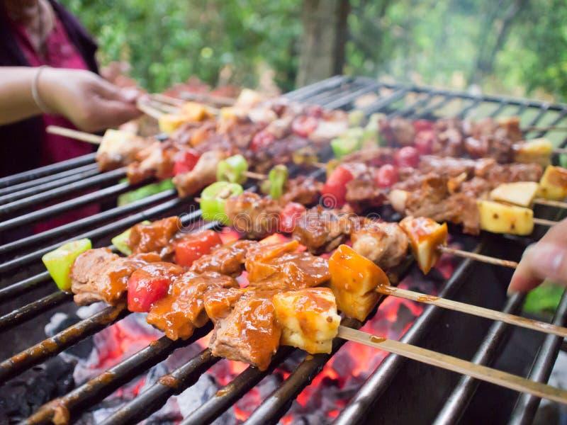 Barbacoa o Bbq con cocinar del kebab parrilla del carbón del skewe de la carne del hoyo fotos de archivo