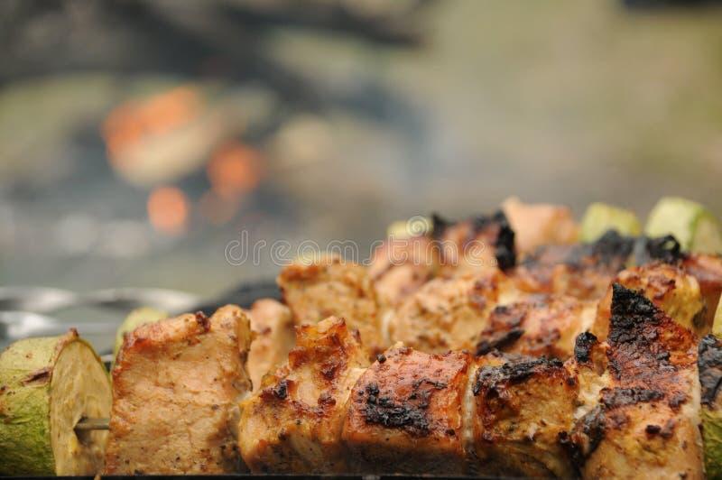 Barbacoa o Bbq con cocinar del kebab parrilla del carbón de los pinchos de la carne del pollo con la seta y pimientas fotos de archivo