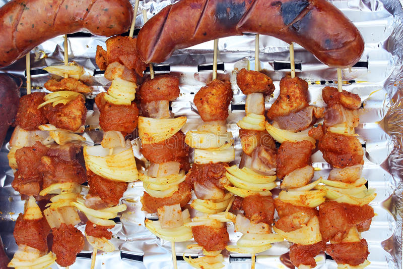 Barbacoa o Bbq con cocinar y la salchicha del kebab. foto de archivo