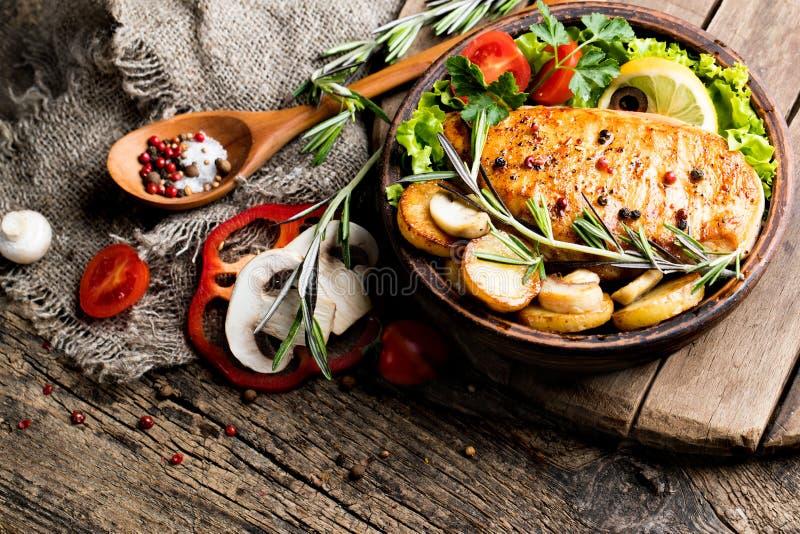 Barbacoa y verduras de la pechuga de pollo fotos de archivo