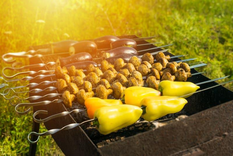 Barbacoas del vegano: nueva tendencia de la comida del verano Ase a la parrilla los paprikas, foto de archivo libre de regalías