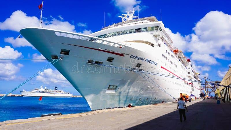 Barbados - 11 de maio de 2016: O fascínio do navio de cruzeiros do carnaval na doca fotos de stock royalty free