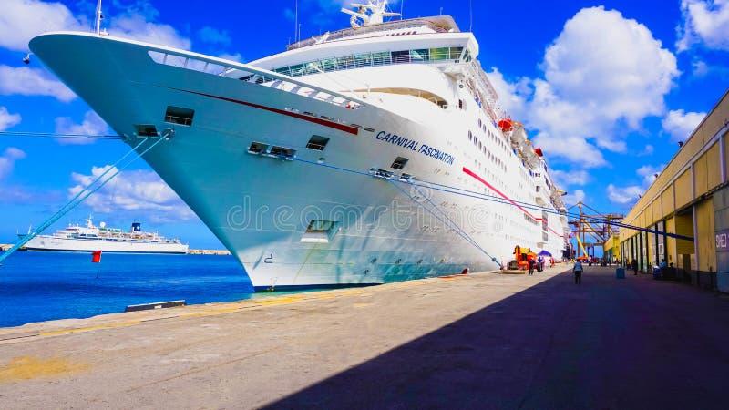 Barbados - Mei 11, 2016: De Carnaval-Betovering van het Cruiseschip bij dok stock foto's