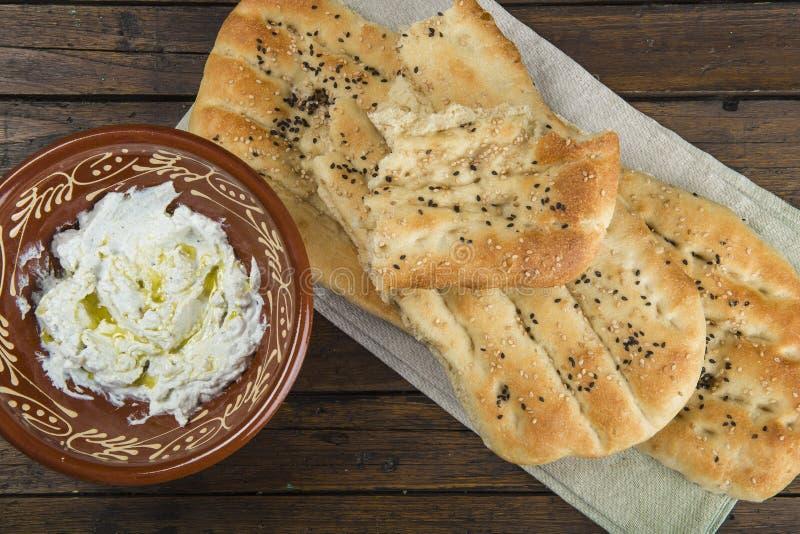 Barbari ou pain persan et yaourt filtré photographie stock