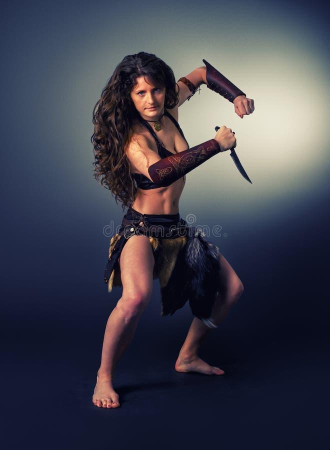 Barbarischer Frauenkrieger Kulttanz mit einem Messer stockfoto