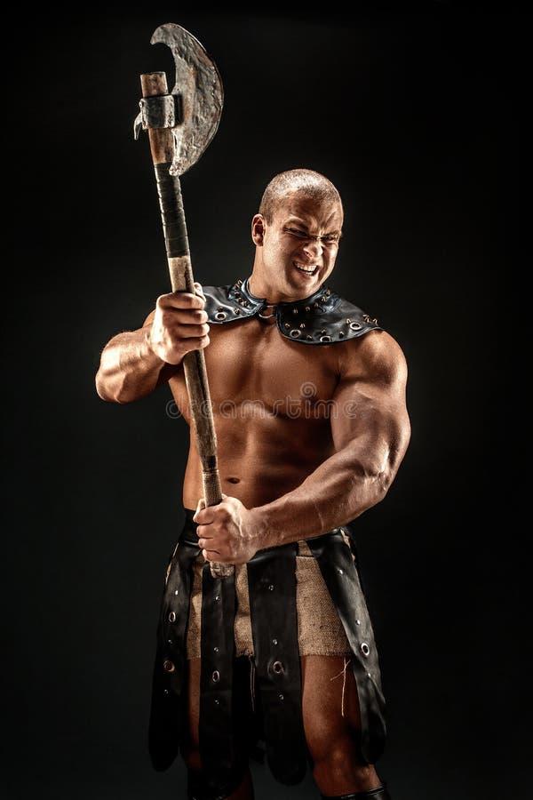 Barbaro severo in costume di cuoio con il martello fotografia stock