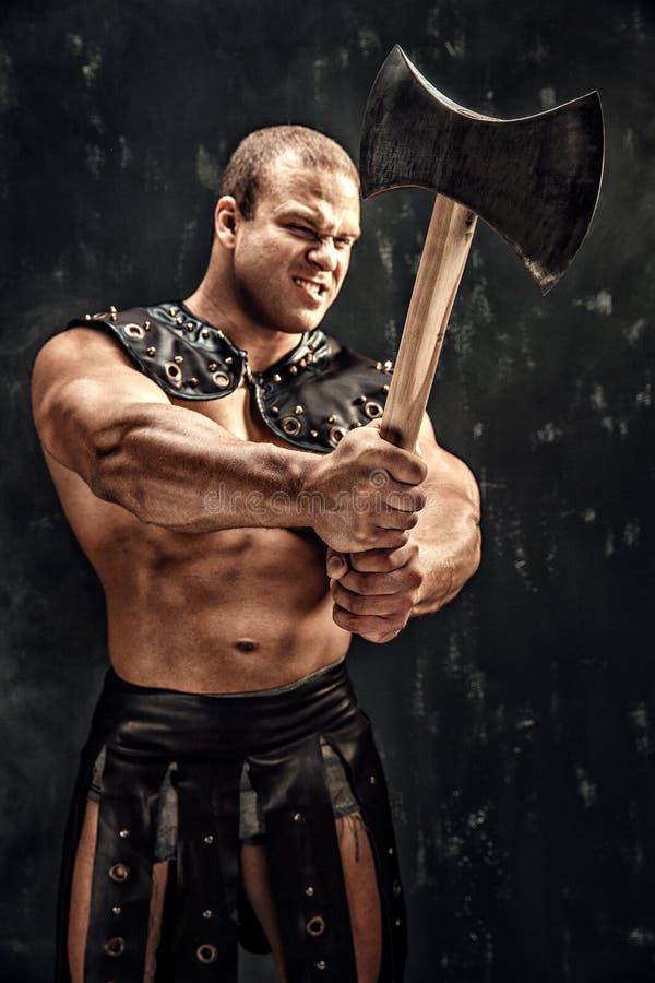 Barbaro severo in costume di cuoio con il martello immagine stock libera da diritti