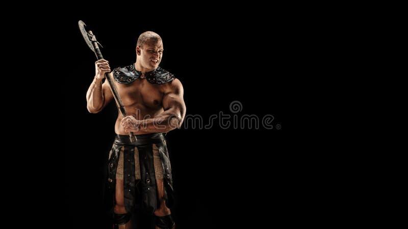 Barbaro severo in costume di cuoio con il martello fotografia stock libera da diritti
