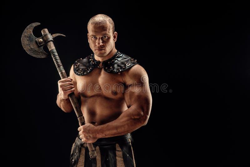 Barbaro severo in costume di cuoio con il martello immagini stock libere da diritti