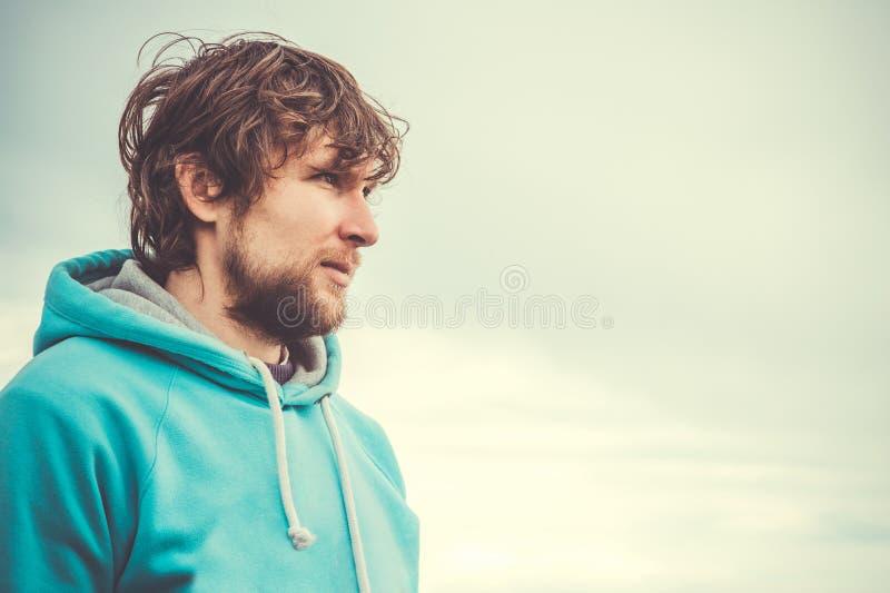 Barbe de portrait de visage de jeune homme et cheveux bouclés extérieurs photo stock