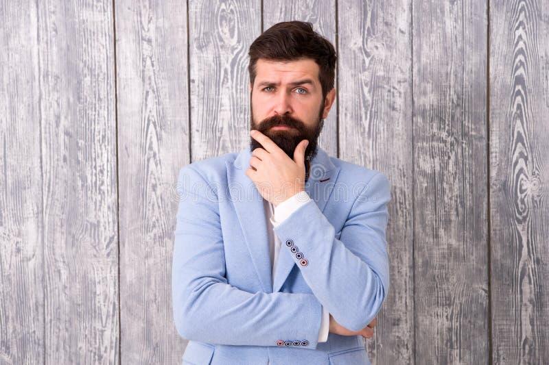 Barbe et moustache Le type a bien toiletté le smoking barbu beau d'usage de hippie Coiffeur de style de monsieur Offre de salon d photographie stock libre de droits