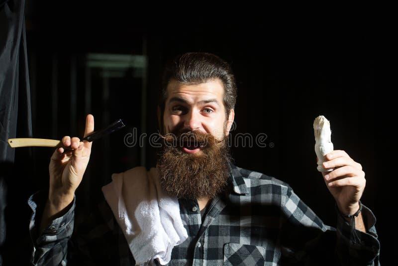 Barbeações farpadas do homem com lâmina foto de stock