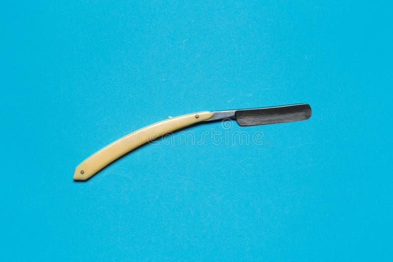 Barbeando a lâmina no fundo azul macio fotografia de stock royalty free