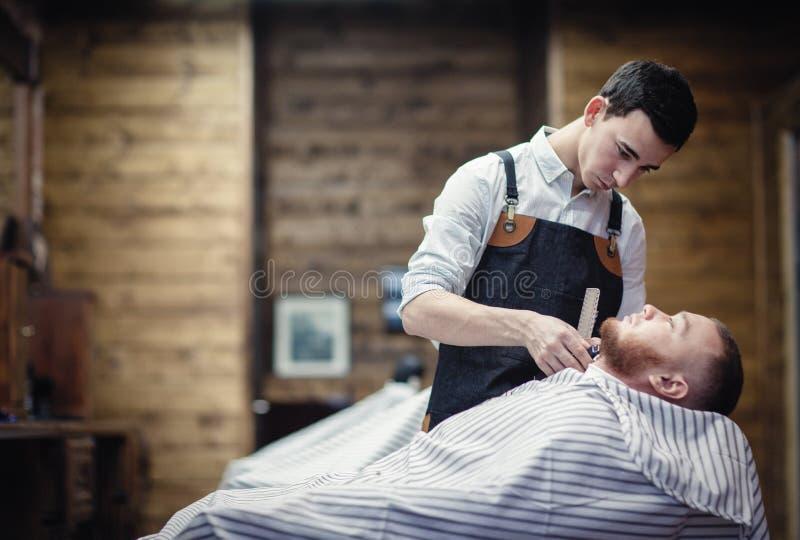 Barbeando o ajustador da barba no cabeleireiro foto de stock
