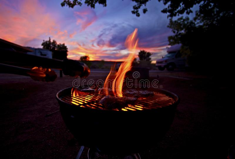 Barbecue au coucher du soleil image stock