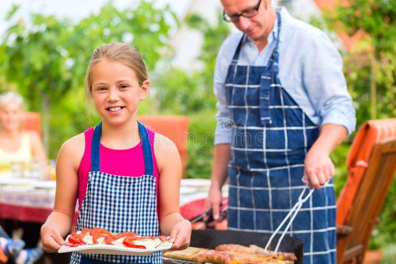 Barbecue avec la famille dans le jardin photographie stock