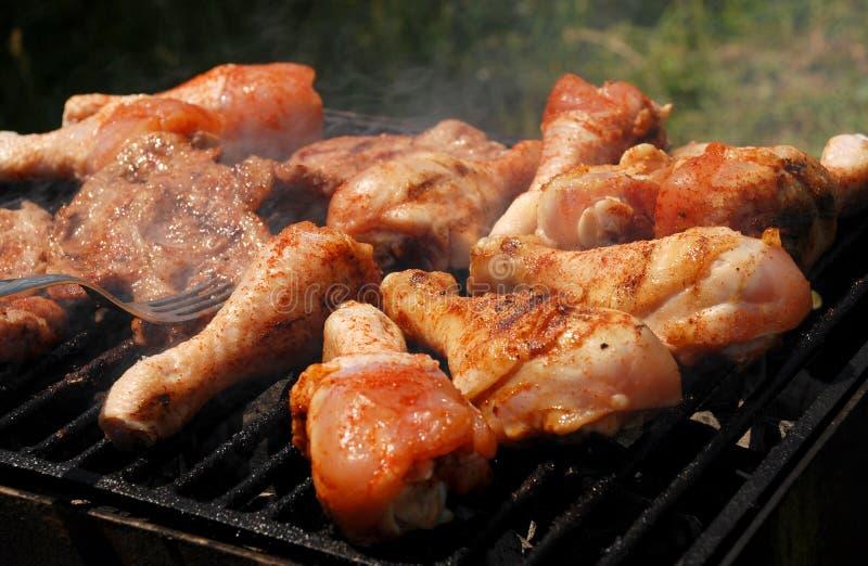 Barbecue avec la viande de poulet et de porc images libres de droits