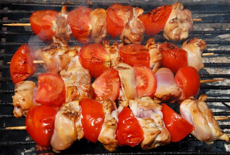 Barbecue avec le poulet et les tomates photographie stock