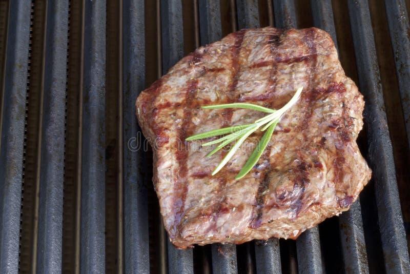 barbecue Bife grelhado, na grade quente imagens de stock