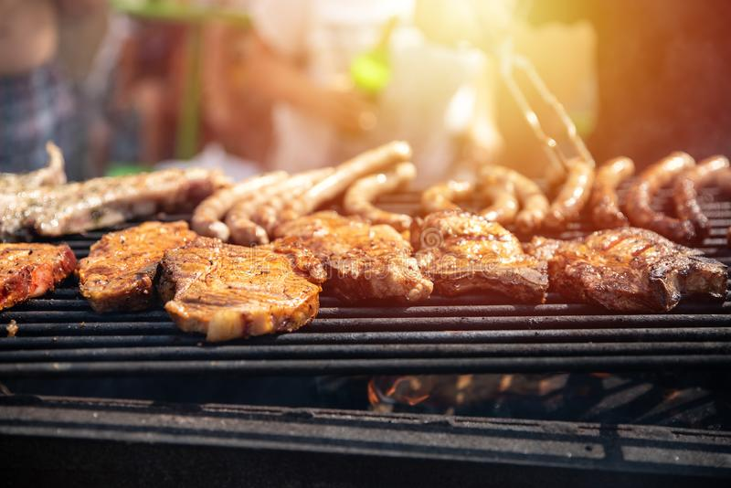 Barbecue, biftecks de friture, nervures de viande et saucisses, week-end image libre de droits