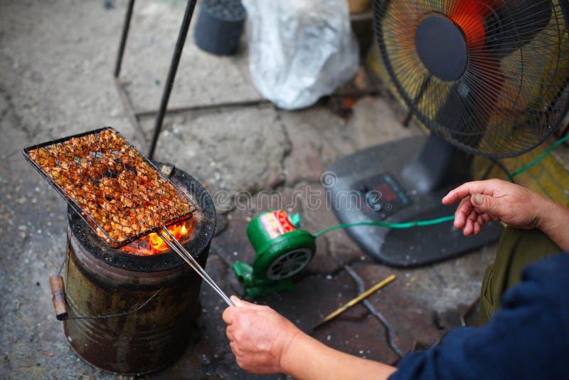 Barbecue bij de kant van de weg, die varkensvlees roosteren stock fotografie