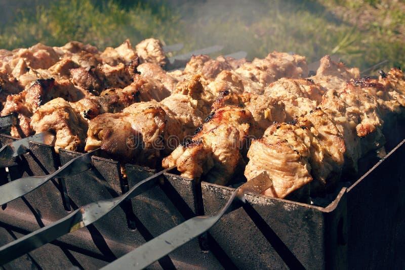 barbecue Carne de carne de porco grelhada em espetos fotografia de stock royalty free