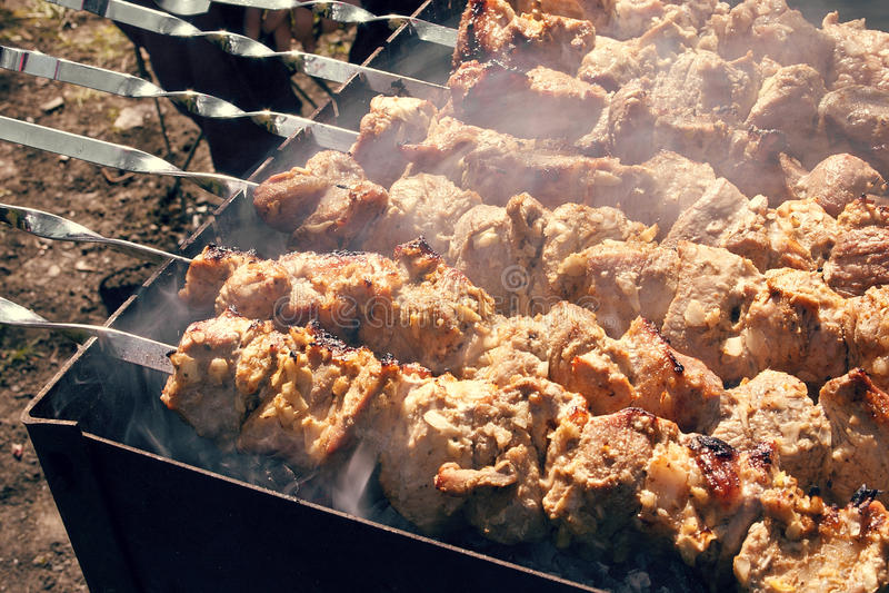 barbecue Carne de carne de porco grelhada em espetos imagem de stock