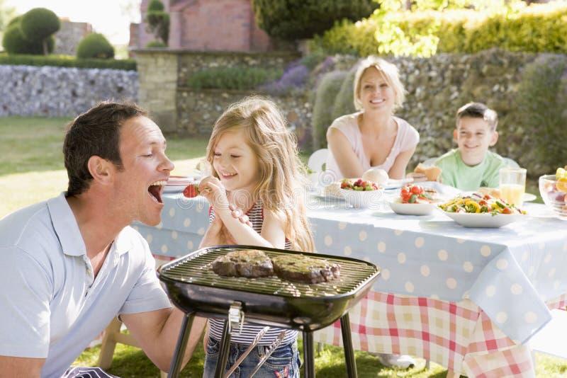 barbecue che gode della famiglia immagini stock