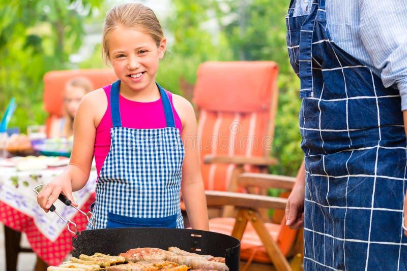 Barbecue con la famiglia nel giardino fotografie stock