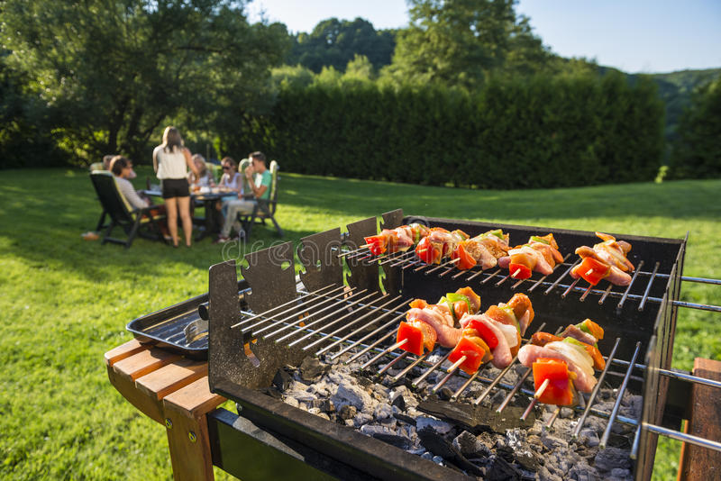 Barbecue in de binnenplaats royalty-vrije stock foto's