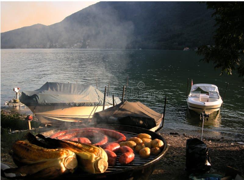Barbecue de coucher du soleil avec des bateaux photos stock
