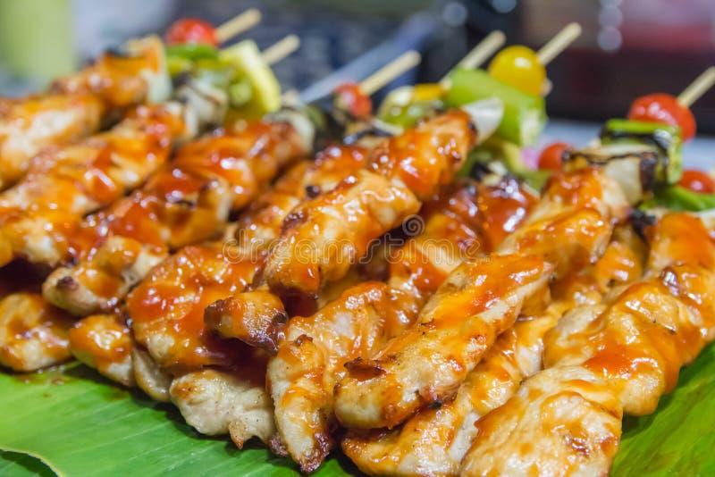 Barbecue de porc rôti sur la nourriture de rue de feuille de banane image stock