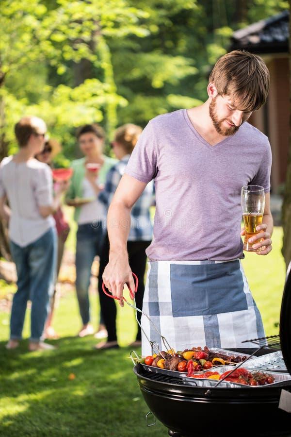 Barbecue del giardino con gli amici fotografie stock